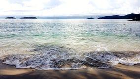 Παραλία με το μπλε και πράσινο σαφές θαλάσσιο νερό Στοκ Εικόνες