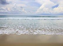 Παραλία με το μπλε ουρανό στοκ φωτογραφία με δικαίωμα ελεύθερης χρήσης