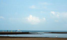 Παραλία με το σαφή καλό θερινό καιρό μπλε ουρανού Στοκ Φωτογραφίες