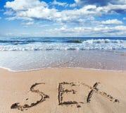 Παραλία με το φύλο λέξης άμμου στοκ φωτογραφία με δικαίωμα ελεύθερης χρήσης
