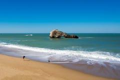 Παραλία Μπιαρίτζ, βράχοι και μπλε ωκεανός, Aquitaine, Γαλλία. Στοκ φωτογραφία με δικαίωμα ελεύθερης χρήσης