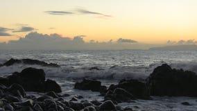 Παραλία νησιών του Ατλαντικού Ωκεανού Μαδέρα πριν από την αυγή απόθεμα βίντεο