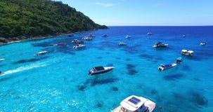 Παραλία νησιών Racha λίμνη phuket Ταϊλάνδη σπιτιών λουλουδιών Γιοτ, καταμαράν και βάρκες που πλέουν στο crrystal σαφές μπλε νερό  φιλμ μικρού μήκους