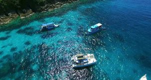 Παραλία νησιών Racha λίμνη phuket Ταϊλάνδη σπιτιών λουλουδιών Γιοτ, καταμαράν και βάρκες που πλέουν στο crrystal σαφές μπλε νερό  απόθεμα βίντεο