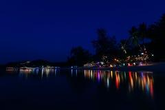 Παραλία νύχτας στα φω'τα Στοκ Φωτογραφίες
