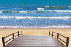 Παραλία ομορφιάς και ξύλινη γέφυρα Στοκ φωτογραφία με δικαίωμα ελεύθερης χρήσης