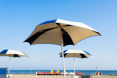 Παραλία ομπρελών για τη χαλάρωση και καθορισμένη παραλία ήλιων Στοκ Εικόνες