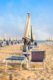 Παραλία ομπρελών για τη χαλάρωση και καθορισμένη παραλία ήλιων Στοκ φωτογραφία με δικαίωμα ελεύθερης χρήσης