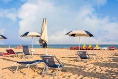 Παραλία ομπρελών για τη χαλάρωση και καθορισμένη παραλία ήλιων Στοκ εικόνες με δικαίωμα ελεύθερης χρήσης