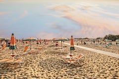 Παραλία ομπρελών για τη χαλάρωση και καθορισμένη παραλία ήλιων Στοκ εικόνα με δικαίωμα ελεύθερης χρήσης