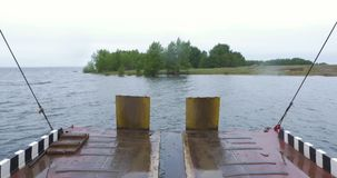 Παραλία πορθμείων και ένας ποταμός Πορθμείο που πλησιάζει με την ανοικτή κεκλιμένη ράμπα στη μαρίνα EL Rompido Αυτή η μικρή βάρκα απόθεμα βίντεο