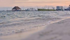 Παραλία που πυροβολείται από ένα χαμηλό σημείο στοκ εικόνα