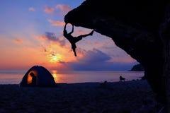Παραλία που στρατοπεδεύει και που αναρριχείται βράχου στοκ εικόνες με δικαίωμα ελεύθερης χρήσης