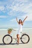 Παραλία ποδηλάτων babe Στοκ εικόνα με δικαίωμα ελεύθερης χρήσης