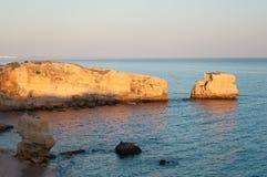Παραλία στην ακτή του Αλγκάρβε, καλοκαίρι στην Πορτογαλία Στοκ Φωτογραφίες