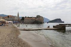 Παραλία στην αδριατική ακτή κοντά στην παλαιά πόλη Budva, Μαυροβούνιο Στοκ φωτογραφίες με δικαίωμα ελεύθερης χρήσης