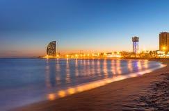 Παραλία στη Βαρκελώνη κατά τη διάρκεια του ηλιοβασιλέματος Στοκ εικόνα με δικαίωμα ελεύθερης χρήσης