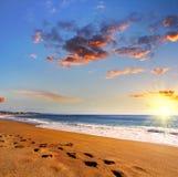 Παραλία στο ηλιοβασίλεμα, Λάγκος, Πορτογαλία Αντίθετο φως Στοκ Εικόνες