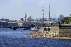 Παραλία στο κέντρο πόλεων της Αγίας Πετρούπολης, Ρωσία Στοκ εικόνα με δικαίωμα ελεύθερης χρήσης