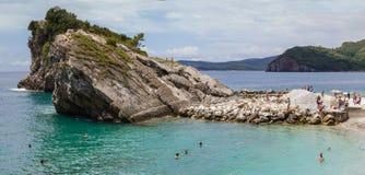 Παραλία στο νησί στο Μαυροβούνιο όχι μακριά από Budva στοκ εικόνες με δικαίωμα ελεύθερης χρήσης