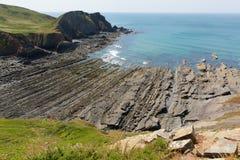 Παραλία στρωμάτων βράχου στο δύσκολο όρμο παραλιών στοκ φωτογραφία με δικαίωμα ελεύθερης χρήσης