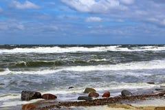 Παραλία της θάλασσας της Βαλτικής στο θυελλώδη καιρό με τα κύματα θάλασσας Στοκ φωτογραφία με δικαίωμα ελεύθερης χρήσης