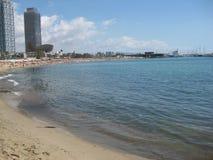 Παραλία της Ισπανίας Βαρκελώνη που χτίζει την όμορφη ωκεάνια κολυμπώντας άμμο Architechture Στοκ Φωτογραφία
