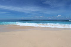 Παραλία του Μπαλί με την άμμο whate και τα μπλε κύματα Στοκ φωτογραφία με δικαίωμα ελεύθερης χρήσης