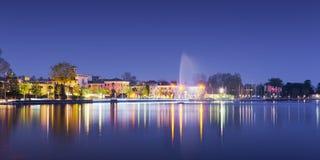 Παραλία του bardolino πόλεων με τις αντανακλάσεις στη λίμνη Στοκ φωτογραφίες με δικαίωμα ελεύθερης χρήσης