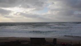 Παραλία το χειμώνα με κανέναν, τα κύματα και το νεφελώδη ουρανό στη χαμηλή ταχύτητα φιλμ μικρού μήκους