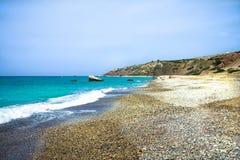 Παραλία χαλικιών και μπλε θάλασσα στον τόπο γεννήσεως Aphrodites Πάφος, Στοκ Φωτογραφίες