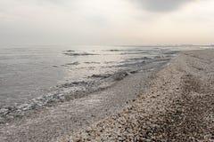 Παραλία χειμερινής Μαύρης Θάλασσας στο τοπίο χειμερινού ουρανού στοκ εικόνα