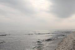 Παραλία χειμερινής Μαύρης Θάλασσας στο τοπίο χειμερινού ουρανού στοκ εικόνα με δικαίωμα ελεύθερης χρήσης