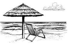 Παραλία ωκεανών ή θάλασσας με την ομπρέλα και το μόνιππο longue Στοκ φωτογραφίες με δικαίωμα ελεύθερης χρήσης