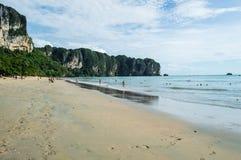 Παραλία AO Nang με τους πέτρινους σχηματισμούς ασβέστη, Krabi, Ταϊλάνδη Στοκ φωτογραφία με δικαίωμα ελεύθερης χρήσης