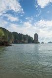 Παραλία AO Nang με τους πέτρινους σχηματισμούς ασβέστη, Krabi, Ταϊλάνδη Στοκ Φωτογραφία