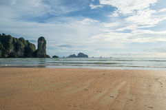 Παραλία AO Nang με τους πέτρινους σχηματισμούς ασβέστη, Krabi, Ταϊλάνδη Στοκ Φωτογραφίες