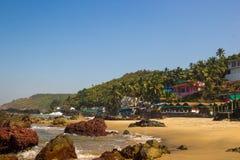 Παραλία Arambol με τις πέτρες, τους φοίνικες και τα σπίτια, Goa, Ινδία Στοκ Εικόνες