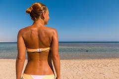 Παραλία babe από πίσω Στοκ φωτογραφία με δικαίωμα ελεύθερης χρήσης