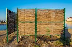 Παραλία cabana για τα μεταβαλλόμενα ενδύματα που υφαίνονται από τους κλαδίσκους στοκ φωτογραφία με δικαίωμα ελεύθερης χρήσης