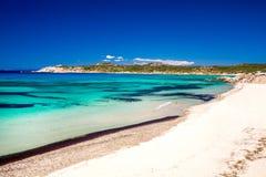 Παραλία Di Rena Majore Spiaggia με το κυανά σαφή νερό και τα βουνά, Rena Majore, Σαρδηνία, Ιταλία στοκ φωτογραφίες