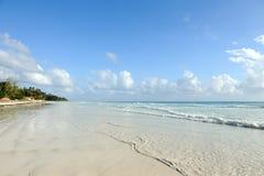 Παραλία Emply και τροπικός ωκεανός Στοκ εικόνα με δικαίωμα ελεύθερης χρήσης