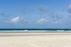 Παραλία Emply και τροπικός ωκεανός Στοκ φωτογραφίες με δικαίωμα ελεύθερης χρήσης
