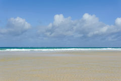 Παραλία Emply και τροπικός ωκεανός Στοκ φωτογραφία με δικαίωμα ελεύθερης χρήσης
