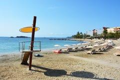 Παραλία Figueretes Ses με τον πύργο lifeguard και κενή παραλία χωρίς πρόσωπα, κανένας άνθρωπος, με την παραλία ομπρελών Στοκ Εικόνες