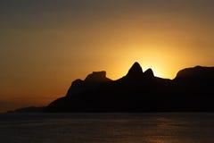 Παραλία Ipanema, Leblon, Ρίο ντε Τζανέιρο θάλασσας βουνών ηλιοβασιλέματος Στοκ φωτογραφίες με δικαίωμα ελεύθερης χρήσης