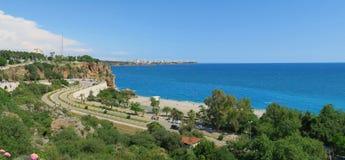 Παραλία Konyaalti και οι απότομοι βράχοι Antalya στην Τουρκία Στοκ Εικόνες