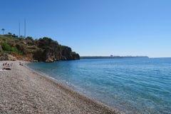 Παραλία Konyaalti και οι κοντινοί απότομοι βράχοι σε Antalya, Τουρκία Στοκ φωτογραφία με δικαίωμα ελεύθερης χρήσης