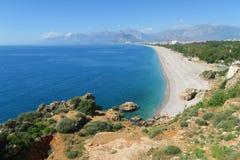 Παραλία Konyaalti και τα Taurus βουνά σε Antalya, Τουρκία Στοκ Φωτογραφία