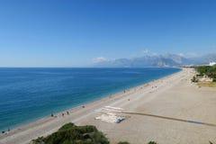 Παραλία Konyaalti και τα Taurus βουνά σε Antalya, Τουρκία Στοκ Εικόνες